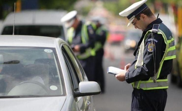 Poliţiştii au aplicat peste 250 de amenzi și au reținut 11 permise în minivacanța de Rusalii
