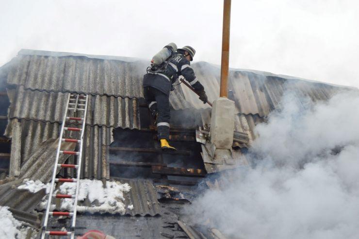 Alertă de incendiu la Cărășeu. Coșul de fum al unei case a luat foc