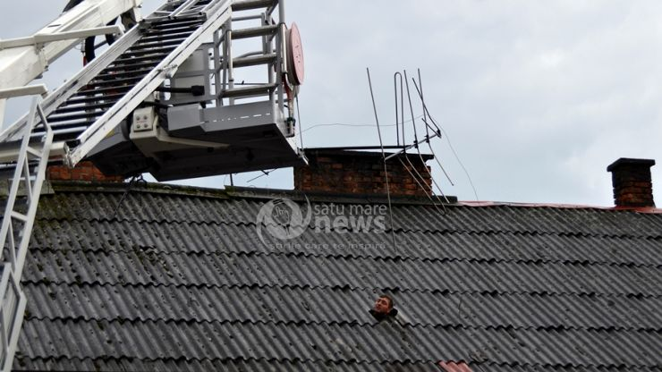 Intervenție a pompierilor pentru înlăturarea unei antene neasigurate de pe un imobil din centrul municipiului