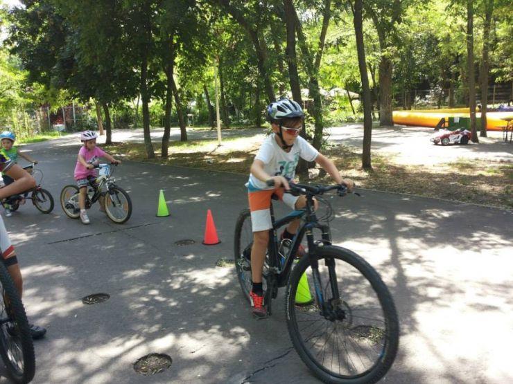 Concurs de pedalat. Marele premiu, o bicicletă
