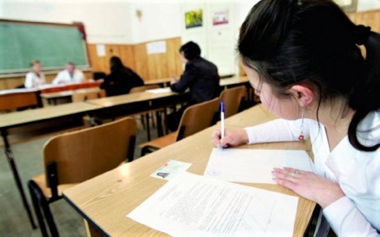 Simulările pentru examenele naționale. Elevii au dat probele scrise la limba română și limba maternă