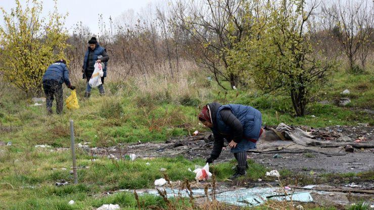 """Asistații social au igienizat zona Stadionului """"Unio"""""""
