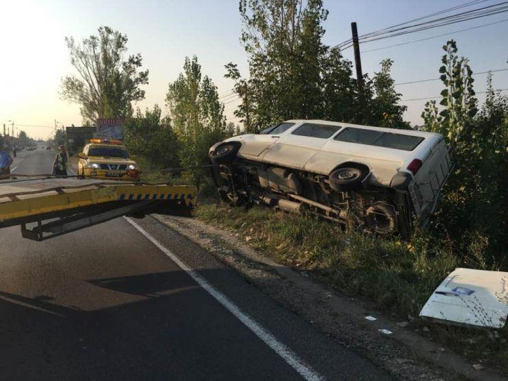 Un microbuz s-a răsturnat la ieșirea din Satu Mare (foto)
