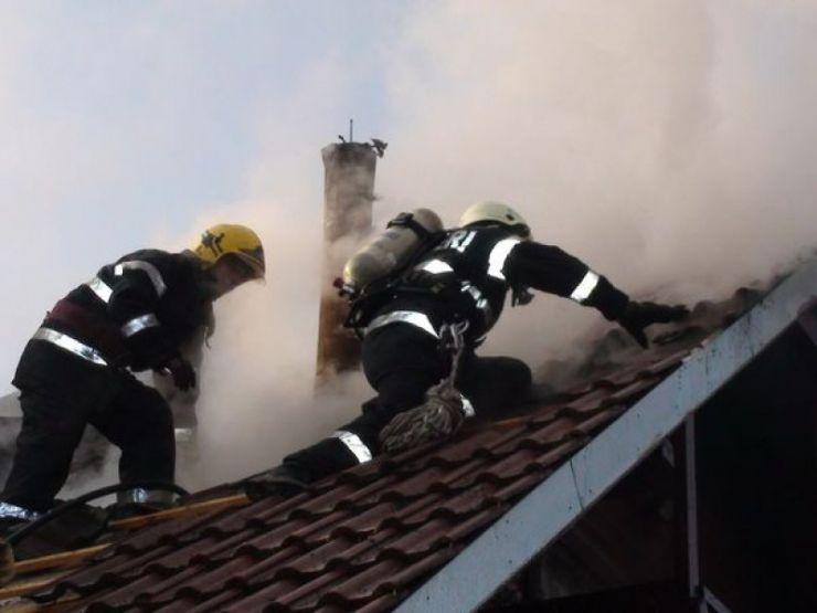 Incendiu la o casă din cauza coșului de fum necurățat