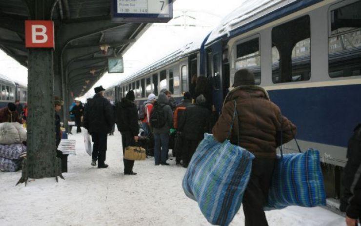 Întârziere de 7 ore a trenului Satu Mare – Bucureşti, după prăbuşirea unei pasarele