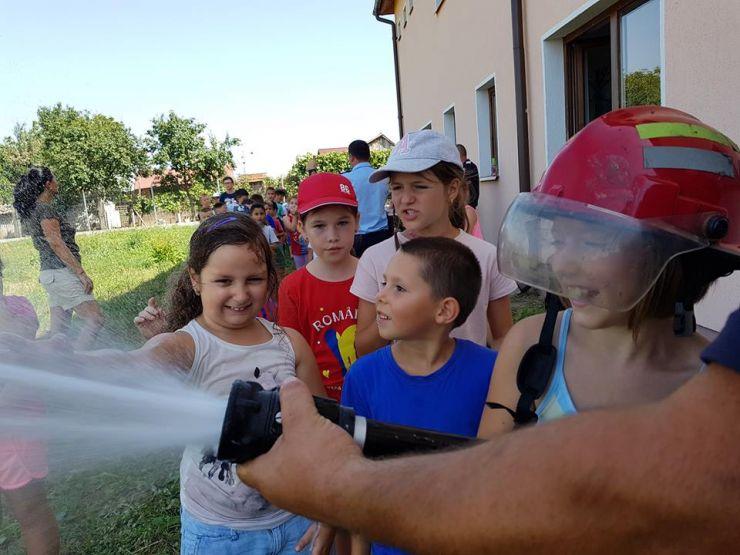Copiii din tabăra de la Mărtinești, pompieri pentru o zi