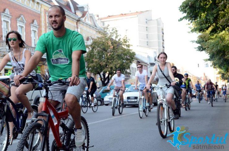"""Critical Mass. Zeci de tineri au pedalat până """"La Dâmburi"""" (Foto&Video)"""