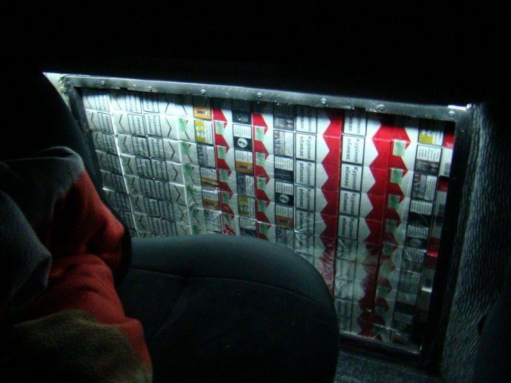 Țigări de proveniență ucraineană, descoperite într-o hală de lactate din piață