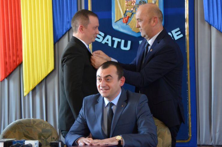 Cadou de instalare de la fostul prefect Radu Bud pentru noul prefect Darius Filip