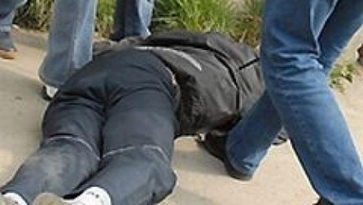 Bărbat bătut crunt, lăsat lat pe stradă