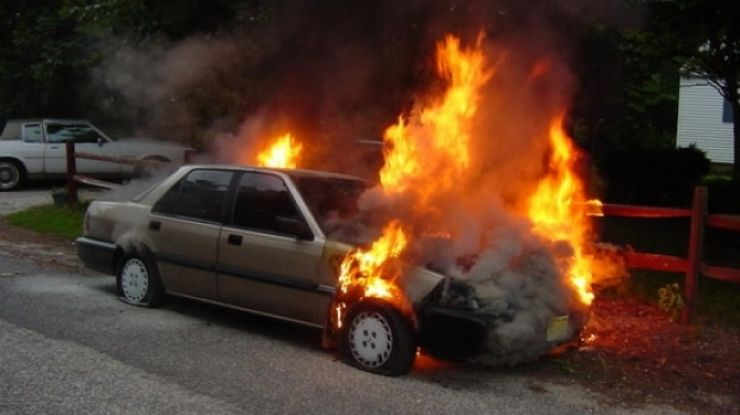 Mașină cuprinsă de făcări, la Satu Mare