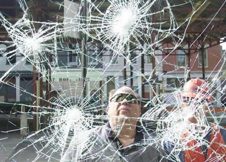 Doi frați drogați au spart, din senin, geamul unui autobuz