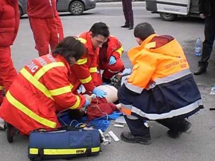 O fetiță de patru ani, lovită de o mașină