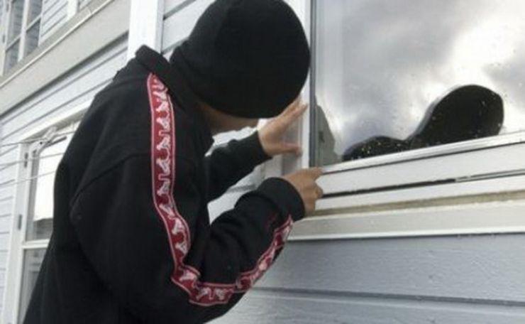 Un minor a spart o casă de pe strada Trandafirilor. Jandarmii l-au prins