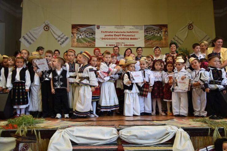 """Sute de tineri artiști la festivalul de folclor """"Deschideți porțile mari"""""""