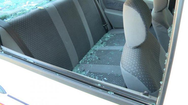 Scandal în Pomi | Un tânăr a spart cu o bâtă toate geamurile unui local și ale unei mașini