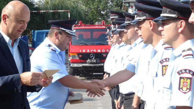 44 de pompieri, avansați în grad