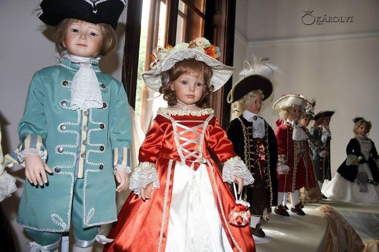 S-a deschis expoziția de păpuși de porțelan, la Castelul Károlyi din Carei