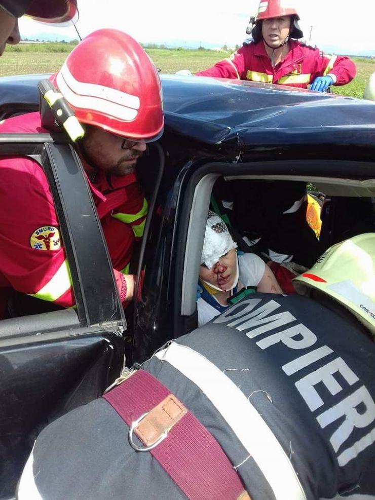 FOTO: Pompierii au intervenit pentru descarcerarea unei persoane