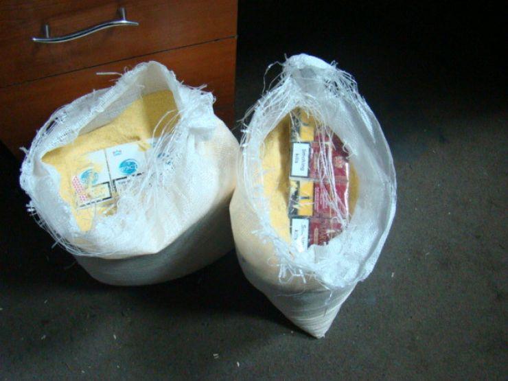 Țigări ascunse în saci de făină și bidoane de la detergent lichid, depistate la frontieră