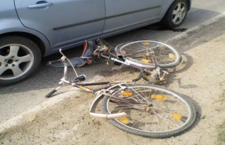 Biciclistă accidentată de o șoferiță neatentă