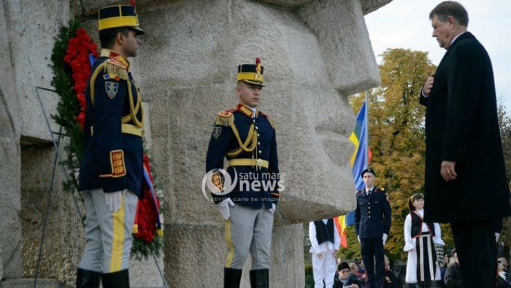 """Klaus Iohannis, omagiu Armatei Române la Monumentul """"Glorie Ostașului Român"""" din Carei"""