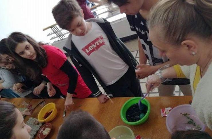 Elevii, învățați să pregătească ouăle de Paşti