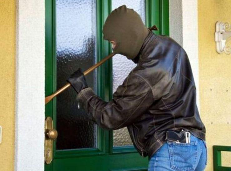 Un minor din Carei a furat dintr-o locuință suma de 17.000 lei și 3800 euro