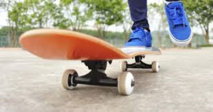 De pe skateboard, direct într-o mașină. Tânărul a ajuns la spital
