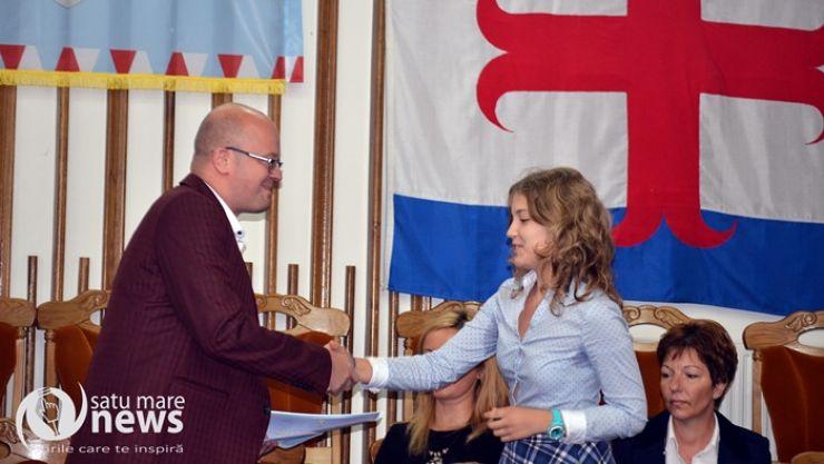 Ioana Roman, eleva de 10, premiată de Consiliul local Satu Mare