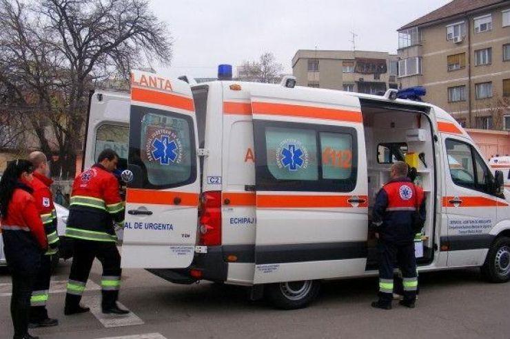 Un copil, de 11 ani, rănit, după ce mașina în care se afla s-a răsturnat în șanț