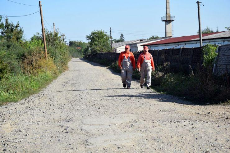 Opt străzi de pământ din municipiu intră în reabilitare