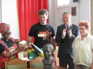 Prima statuie a lui Nelson Mandela din România, dezvelită la Oradea