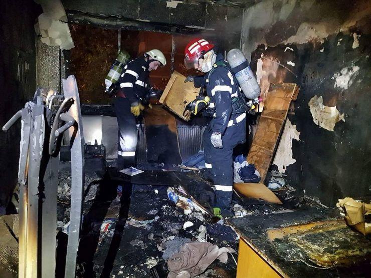 Incendiu în Satu Mare. Un bărbat a suferit arsuri de gradul II, iar tatăl acestuia s-a intoxicat cu fum