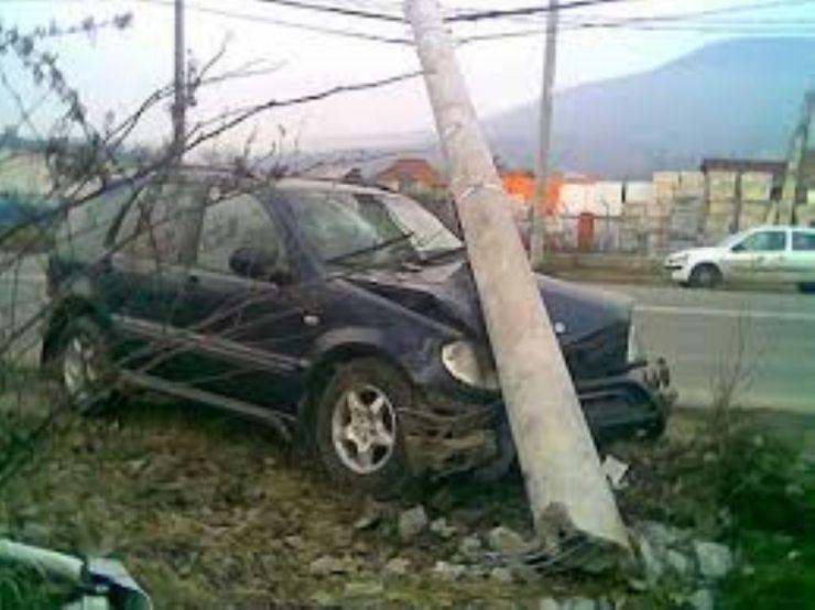 Un oșan a rupt un stâlp cu mașina