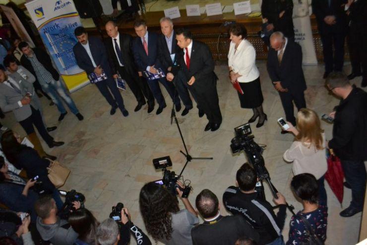 Șomeri trecuți de prima tinerețe și politicieni, reuniți la Bursa locurilor de muncă pentru absolvenți (FOTO)