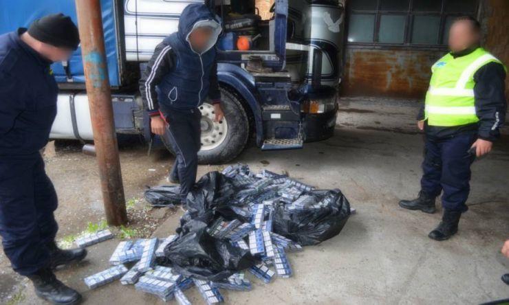 Polițiștii au capturat un TIR plin cu ţigări de contrabandă din Ucraina