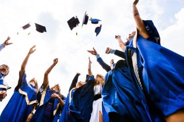 Bani pentru absolvenții care au obținut media 10 la examenele naționale din acest an