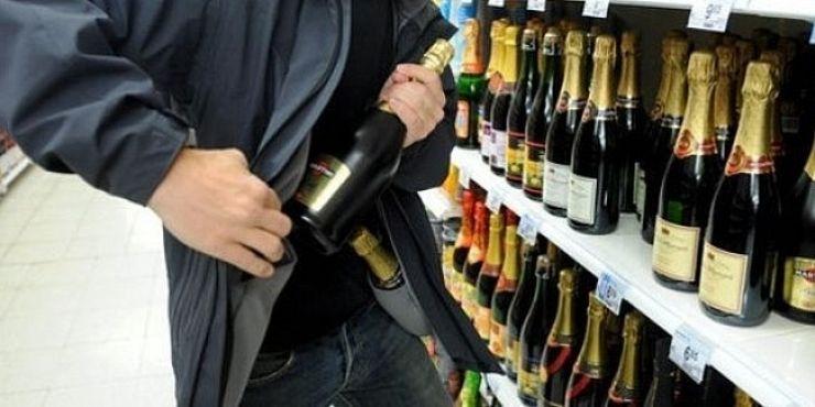 A furat băuturi alcoolice dintr-un magazin