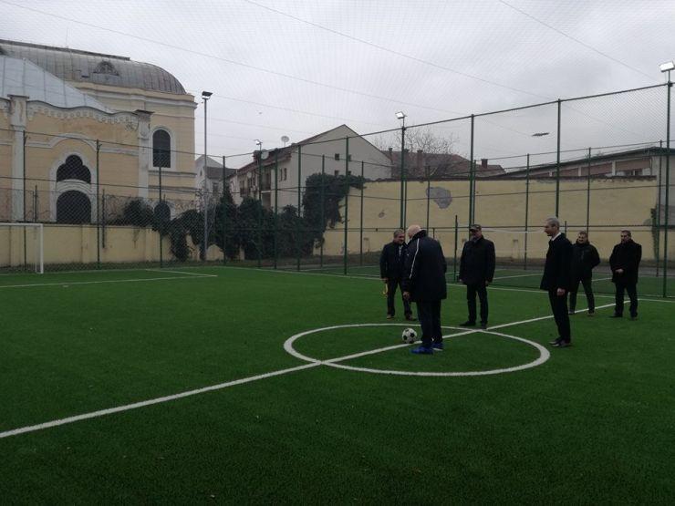 """Colegiul Național """"Mihai Eminescu"""" are terenuri moderne de sport cu instalaţie nocturnă de iluminat"""