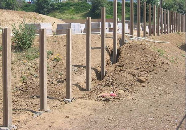 A furat 23 de stâlpi de beton de pe un teren al Primăriei Bogdand
