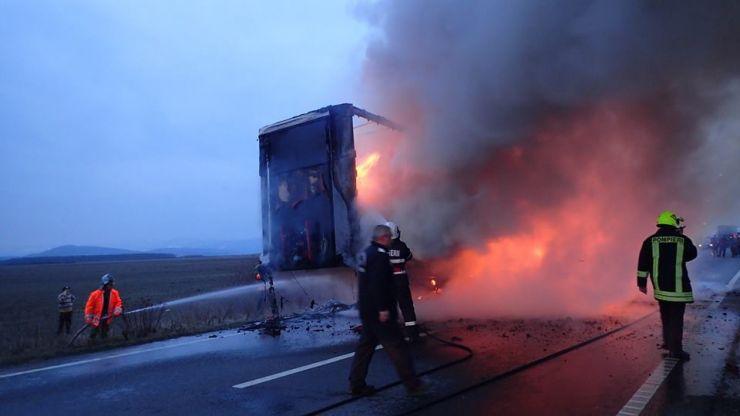 Pompierii au stabilit cauza aprinderii TIR-ului de pe DN 19 (foto)