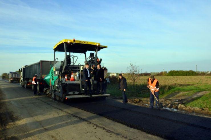 Au început lucrările de asfaltare pe DJ 194 B către localitatea Vetiș