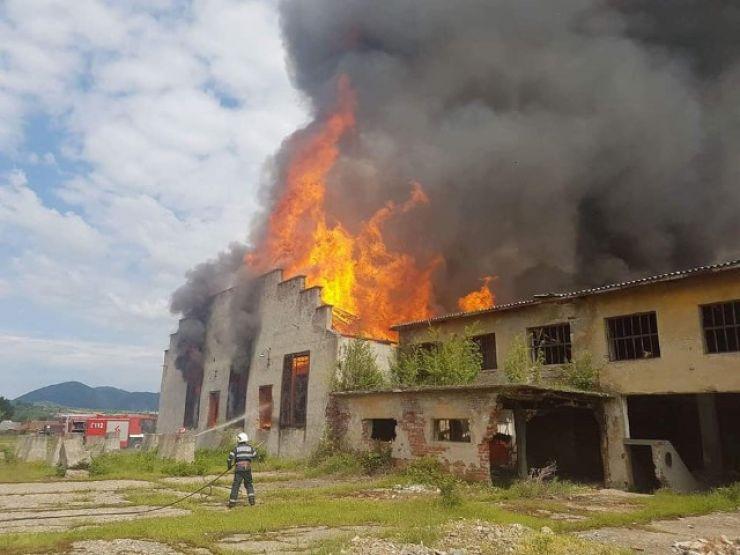 Incendiu la o fabrică de cherestea dezafectată din Bixad (foto)