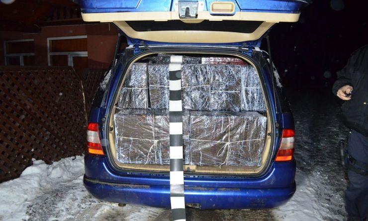 Mașină burdușită cu țigări de contrabandă, capturată de polițiștii de frontieră