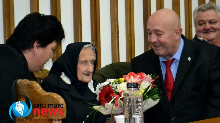 Un secol de existență. Primarul a premiat azi o sătmăreancă în vârstă de 100 de ani