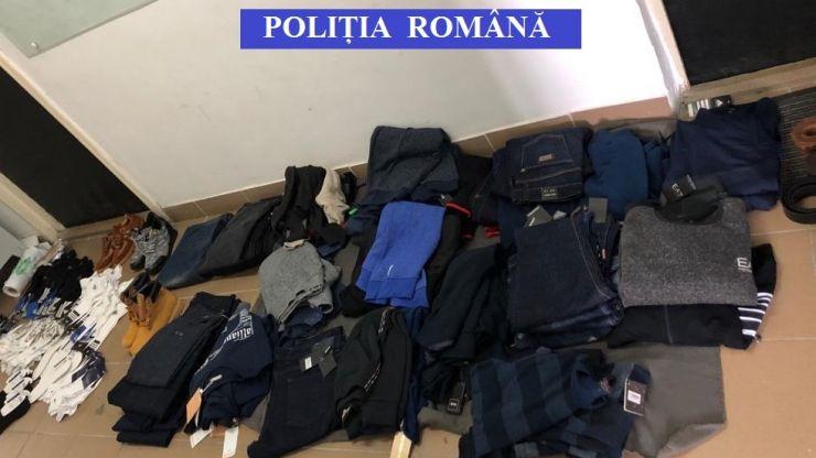 Îmbrăcăminte contrafăcută confiscată de polițiștii sătmăreni