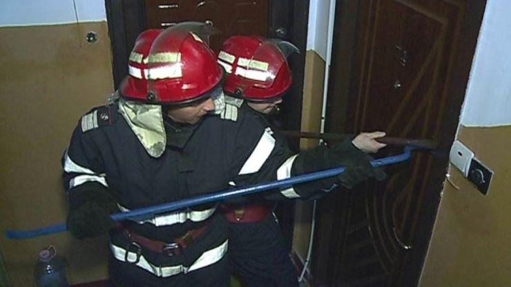 Pompierii intervin pentru delocarea unei uși de apartament