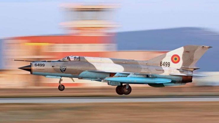 Un avion de tip MIG-21 s-a prăbușit în județul Mureș. Pilotul s-a catapultat