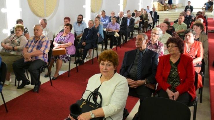 Un cuplu care aniversează 70 de ani de căsătorie, premiat și felicitat de Primăria Satu Mare